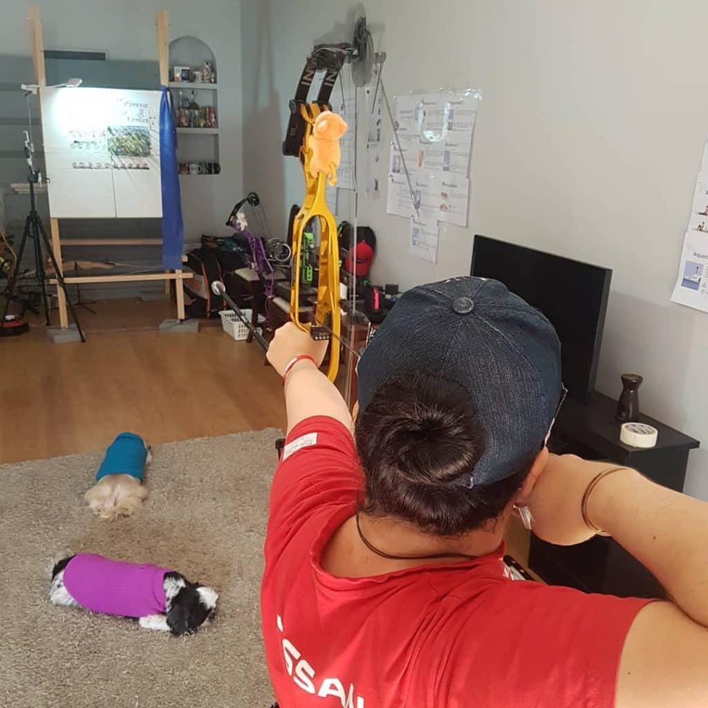 Jane Karla tem treinado tiro com arco de maneira improvisada em casa