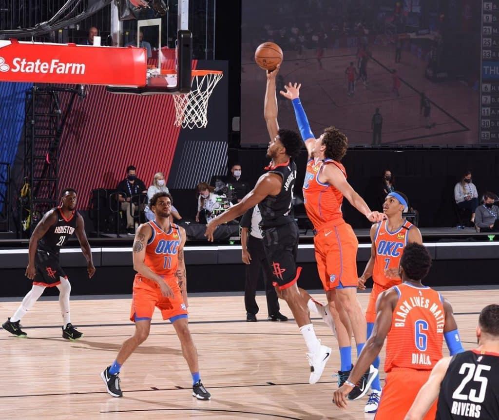 Em um jogo disputado, o Oklahoma City Thunder venceu o Houston Rockets, time do brasileiro Bruno Caboclo, no jogo 3 da série dos Playoffs da NBA na 'bolha'