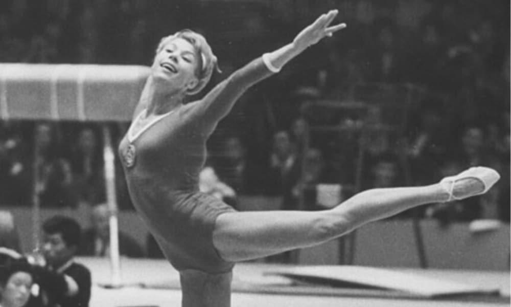 Larisa Latynina - história das Olimpíadas Larisa Latynina conquistou três medalhas de ouro no solo feminino em Jogos Olímpicos