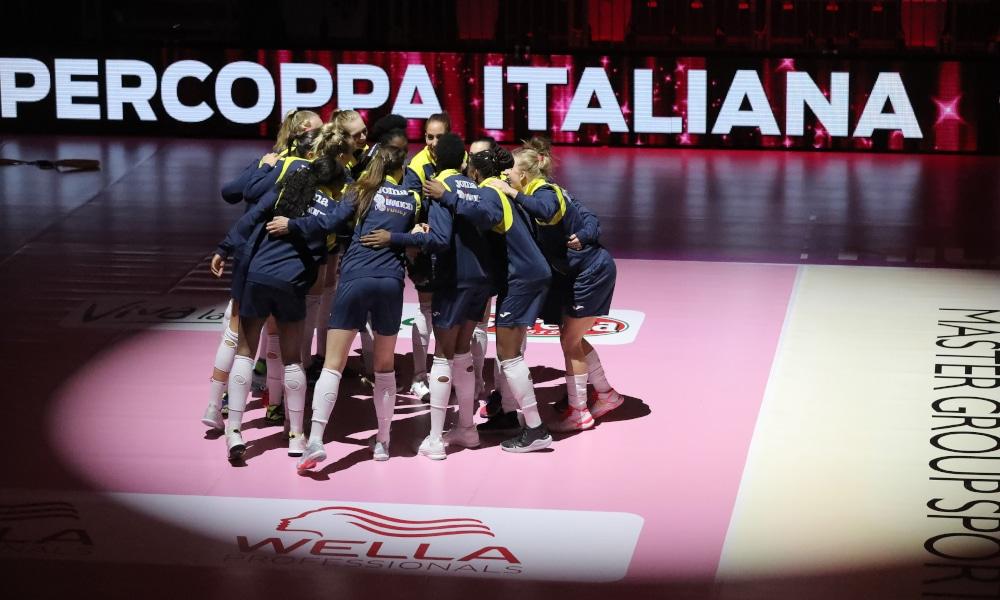 """O vôlei feminino na Itália já tem data para o retorno. Com a participação de dez clubes, a Supercopa Italiana abre a temporada com a fase de oitavas de final sendo disputada nos dias 29 e 30 de agosto. Por ser o campeão da Copa Itália, o Conegliano já entra com vaga garantida no Final Four que, segundo o site """"Volleyball.it"""", tem a cidade de Vicenza como uma das favoritas para sediar o evento nos dias 5 e 6 de setembro"""