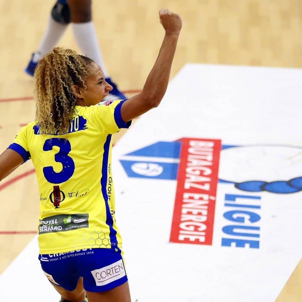 Em dia de ação dos brasileiros no handebol europeu, Bruna de Paula foi artilheira, Rogério Moraes venceu na Champions e brasileiros lideram na Romênia