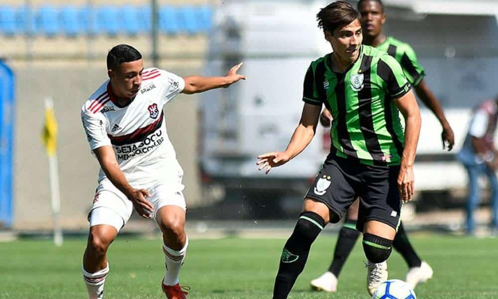 Assista ao vivo o jogo entre Flamengo e América-MG. Os clubes se enfrentam neste domingo (27), às 15h, pelo Campeonato Brasileiro Sub-20. Veja aqui no OTD!