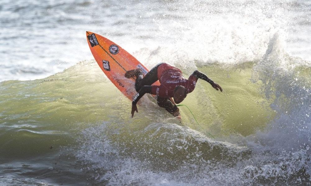 Ítalo Ferreira é o único representante do Brasil que continua na disputa na segunda e última etapa do WSL Countdown, o MEO Portugal Cup of Surfing. Nesta quarta-feira (30), Jadson André, outro brasileiro na competição, foi eliminado na segunda fase pelo português Vasco Ribeiro e fechou o evento em nono. Já o atual campeão mundial de surfe encara o italiano Leonardo Fioravanti nas quartas de final, nesta quinta-feira (1º).