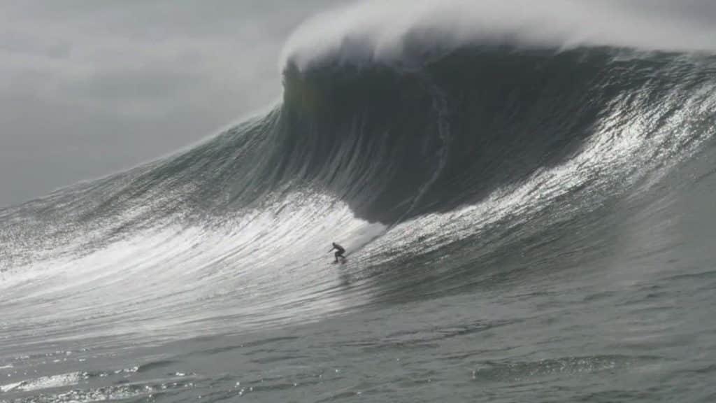 A surfista brasileira Maya Gabeira surfou uma onda de 22,4 metros, estabeleceu um novo recorde mundial para mulheres e entrou para o Livro dos Recordes