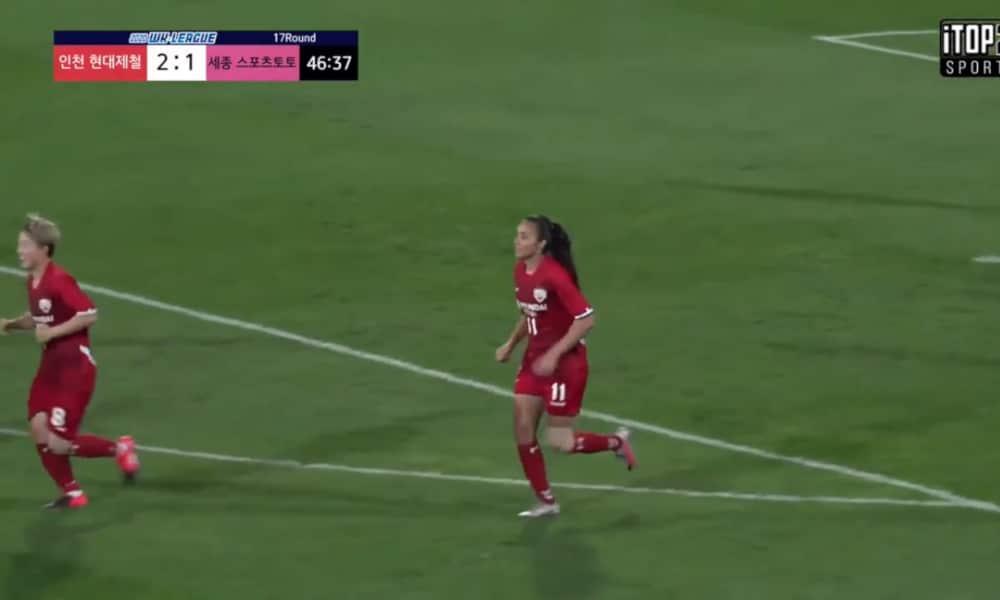 As duas brasileiras que atuam no futebol sul-coreano entraram em campo nesta quinta-feira (24). A atacante Neném, de 26 anos, anotou o terceiro gol do Red Angels no resultado positivo contra o Gumi Sportstoto, 4 a 2, pela 17ª rodada da WK League, a Liga da Coreia do Sul de futebol feminino. O outro clube com atleta tupiniquim no elenco é o Hwacheon KSPO, de Nathane, de 30 anos, que perdeu, em casa, por 2 a 0, para o Gyeongju