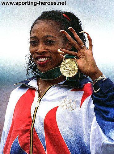 Gail Devers exibe sua medalha de ouro e as unhas tão características (Sporting Heroes) - medalhas - Jogos Olímpicos, atletismo