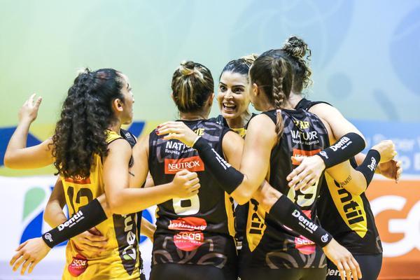 Fernanda Garay decide, Praia vence Curitiba e está na semi