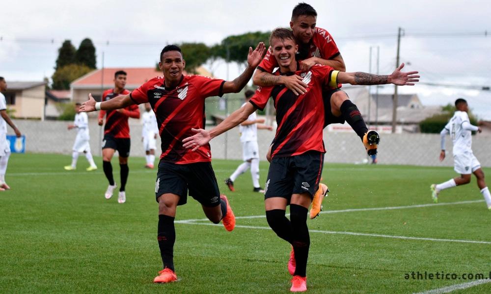 O Campeonato Brasileiro Sub-20 tem um novo líder. Neste domingo (18), o Athletico-PR bateu o Atlético-MG no CT do Cajú, em Curitiba, por 2 a 0, e assumiu a primeira colocação, com 15 pontos e um gol a mais de saldo que o Fluminense (9 a 8). Os gols do Furacão foram anotados por Luan Patrick e João Pedro. No outro duelo na parte de cima da tabela, o Cruzeiro ganhou do Palmeiras, 2 a 1, no Sesc Alterosas, em Belo Horizonte, e subiu para a quarta posição.
