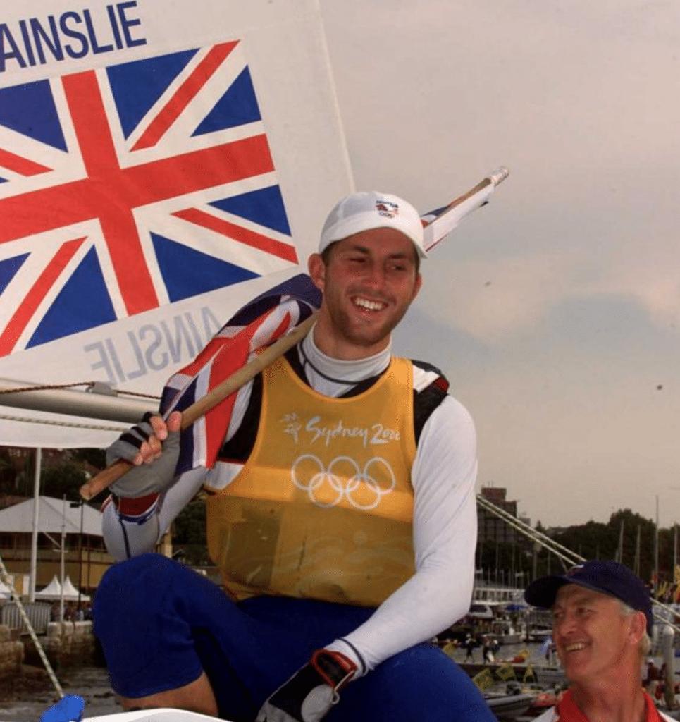 Ben Ainslie comemora sua primeira medalha de ouro, conquistada em Sydney