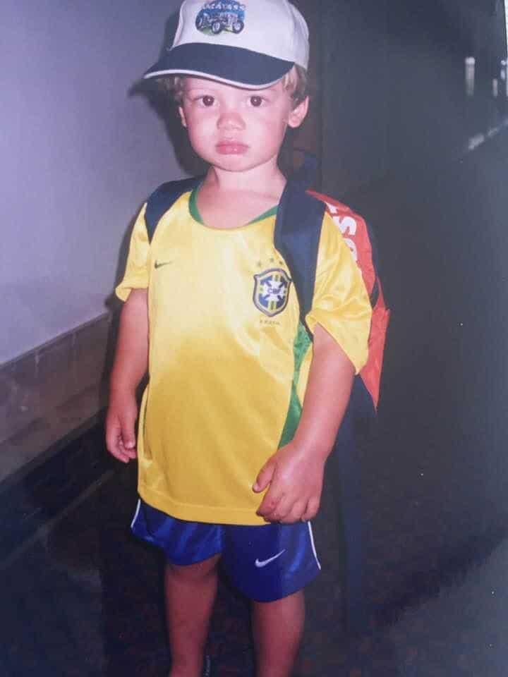 Lucas Braathen com a camisa do Brasil na infância