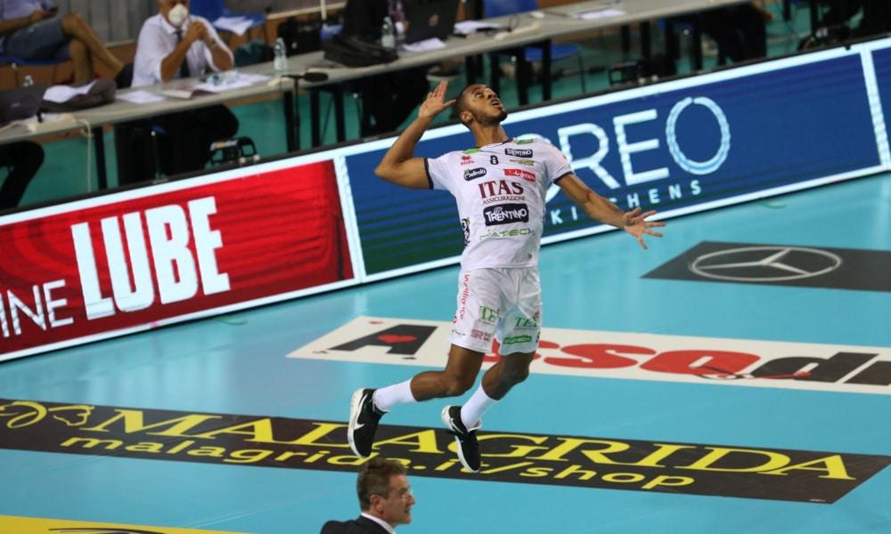 O Trentino, do ponteiro Lucarelli, garantiu sua vaga na fase de grupos da Champions League de vôlei masculino. Depois de ganhar do Dínamo Moscou, da Rússia, em sets diretos na estreia, o time italiano voltou a jogar nesta quinta-feira (29) e derrotou o Lindaren Volley, da Suíça, por 3 a 0, parciais de 25/19, 25/22 e 25/18. O brasileiro foi um dos principais responsáveis pela classificação, anotando 11 pontos