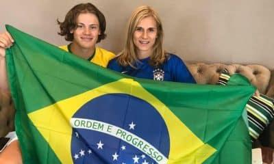 Lucas Braathen e a mãe com a bandeira brasileira