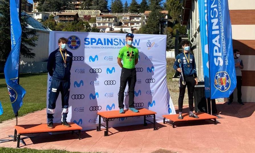 Integrante da equipe brasileira de esqui cross country no alto do pódio na Espanha