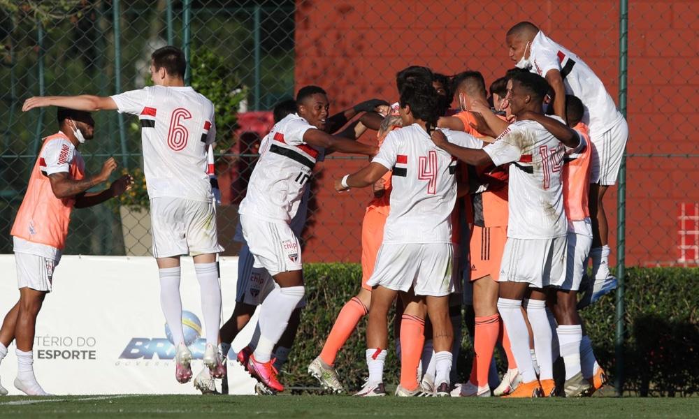 Foi no sufoco e com muita emoção que São Paulo e Bahia se garantiram nas quartas de final da Copa do Brasil Sub-20. Os Tricolores, paulista e baiano, superaram Coritiba e Ceará, respectivamente, na cobrança de pênaltis. Após as igualdades nos placares agregados, o primeiro bateu o Coxa, 5 a 3, e o segundo ganhou do Vozão, 6 a 5. Além deles, Vasco, Internacional e Atlético-MG se classificaram nesta quarta-feira (28).