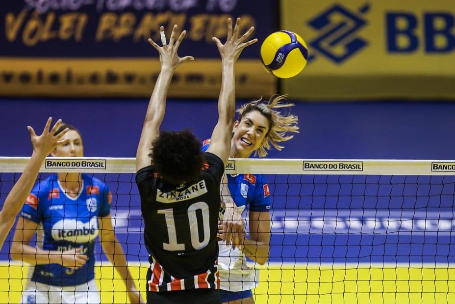 Minas e São Paulo Barueri jogaram nesta quarta-feira (28) pelo Troféu Super Vôlei feminino e a equipe mineira venceu por 3 sets a 1, avançando à semifinal