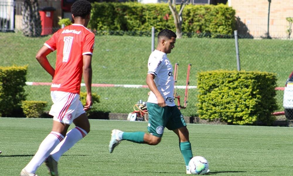 Palmeiras bate o Inter e assume a ponta