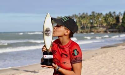 A 2ª etapa do Circuito Brasileiro de Surfe já tem uma campeã entre as mulheres. O segundo dia teve um início emocionante com a categoria feminina determinando as finalistas na Praia da Taíba, em São Gonçalo do Amarante, no Ceará. A cearense Ariane Gomes venceu a primeira semifinal. Em seguida, Yanca Costa também garantiu vaga na grande final, confirmando o favoritismo e a ponta do campeonato.