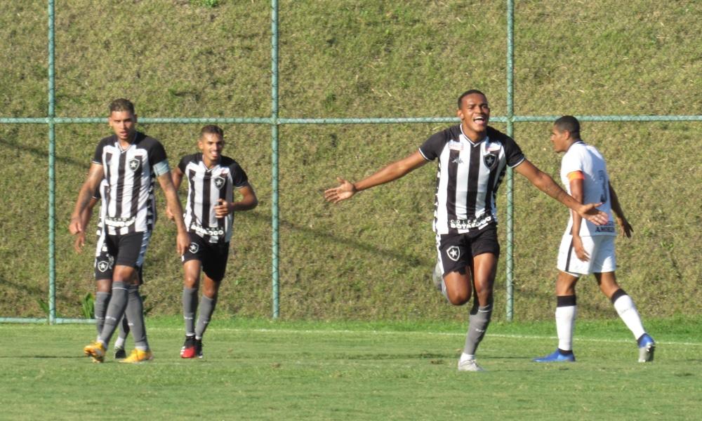Botafogo e Corinthians se enfrentaram em Niterói, no Rio de Janeiro, pela 14ª rodada do Campeonato Brasileiro Sub-20. Em jogo disputado no estádio Cefat, o Glorioso superou o Timãozinho por 3 a 0, com todos os gols marcados no segundo tempo. Com o placar, o time carioca sobe para sexto lugar, com 24 pontos. Já a equipe paulista segue com 28, mesma pontuação do líder Fluminense, mas em segundo por causa dos critérios de desempate.