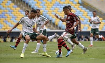Flamengo e Palmeiras se enfrentam nesta quinta-feira (19) pelas quartas de final do Campeonato Brasileiro Sub-17. O jogo acontecerá às 15h, no estádio da Gávea, no Rio de Janeiro. Na primeira fase da competição, o Verdão terminou na liderança do Grupo A, com 22 pontos. Já a equipe Rubro-Negra acabou a etapa de classificação na quarta posição do B, com 16. Confira o ao vivo pelo OTD