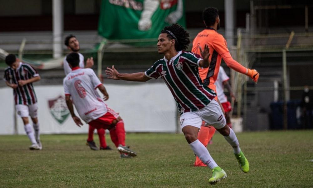 A rede balançou bastante nesta tarde de domingo (1) no Campeonato Brasileiro Sub-20. Foram sete partidas com 23 gols marcados. E a nona rodada da competição teve troca na liderança, já que o Corinthians, que estava em primeiro, foi derrotado pelo Vitória, fora de casa, por 2 a 1, e o Fluminense, que era o segundo, assumiu o topo da tabela ao superar o Internacional, como mandante, 1 a 0