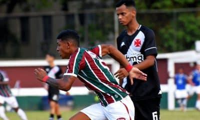 A 14ª rodada do Campeonato Brasileiro Sub-20 começou nesta quarta-feira (25) com nove partidas. No período da tarde, o Fluminense venceu o Vasco e assumiu a liderança, com 28 pontos, mesma pontuação que o Corinthians, segundo colocado. Botafogo, Internacional, Goiás e Sport também somaram três pontos na tabela. Já nos jogos noturnos, o Athletico goleou o Palmeiras, fora de casa, e subiu para a terceira posição, e o Vitória superou o Cruzeiro, também como visitante