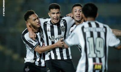 Atlético-MG e Flamengo jogaram no estádio Sesc Alterosas, em Belo Horizonte, e o time da casa ganhou, por 2 a 1. O duelo pela 14ª rodada do Brasileiro Sub-20 apresentou um primeiro tempo movimentando, com os times criando boas chances. Porém, o ritmo caiu na segunda etapa, com poucas oportunidades claras. Com o placar, o Galo sobe para a terceira posição, com 28 pontos. Já o Rubro-Negro segue em quinto, com 24