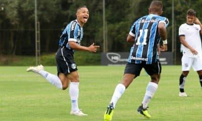 Em jogo de cinco gols, o Grêmio venceu o Ceará no encerramento da primeira rodada da segunda fase do Campeonato Brasileiro de Aspirantes de 2020. A partida aconteceu nesta segunda-feira (30) no CT Hélio Dourado, em Eldorado do Sul (RS), e o Tricolor ganhou por 3 a 2, com gols de Guilherme Azevedo e Thayllon (duas vezes). Pelo lado do Vozão, Wesley balançou a rede com dois tentos nos acréscimos da segunda etapa.