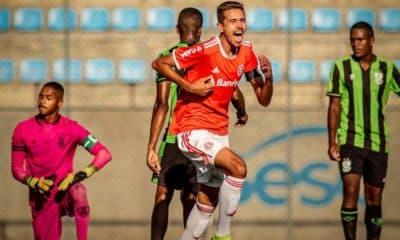 O estádio Sesc Alterosas, em Belo Horizonte, recebeu o embate América-MG e Internacional, com triunfo dos visitantes, por 1 a 0. Com o resultado pelo Campeonato Brasileiro Sub-20, o Colorado aparece na décima posição, com 20 pontos, e se aproxima do G8. Já o Coelho ocupa o 15º lugar, com 15. Na 15ª rodada, o clube gaúcho recebe o Cruzeiro, no sábado (28), às 15h, no CT Alvorada. Já o time mineiro visita o Athletico, no mesmo dia e horário, no CT do Cajú