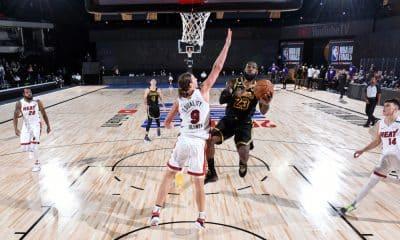 A temporada 2020/21 da NBA já tem data para começar. Em reunião com os dirigentes da liga, a NBPA (Associação Nacional de Jogadores de Basquete dos Estados Unidos) concordou com o início dos jogos no dia 22 de dezembro e aprovou também um calendário reduzido com a realização de 72 partidas. A divulgação do primeiro dia da competição aconteceu por meio de uma votação formal de representantes dos atletas, informou a NBPA.
