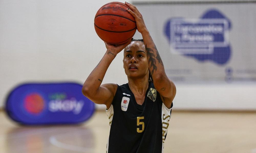A ala Rapha Monteiro e suas companheiras do Quinta dos Lombos estão na liderança da Liga Skoiy, o Campeonato Português de basquete feminino. Em jogo isolado nesta sexta-feira (27), o time da jogadora da seleção brasileira derrotou o Guifões, como mandante, por 75 a 53, no Pavilhão Desportivo dos Lombos