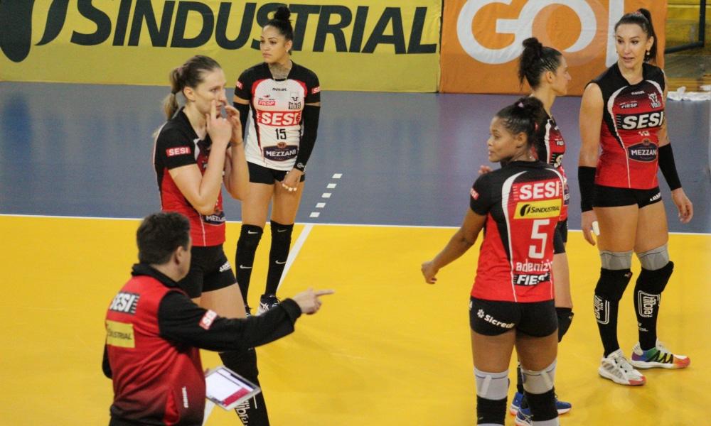 Rubinho orienta as atletas do Sesi Bauru na vitória diante do São José dos Pinhais (Instagram/viniciusoliveiralinoo)
