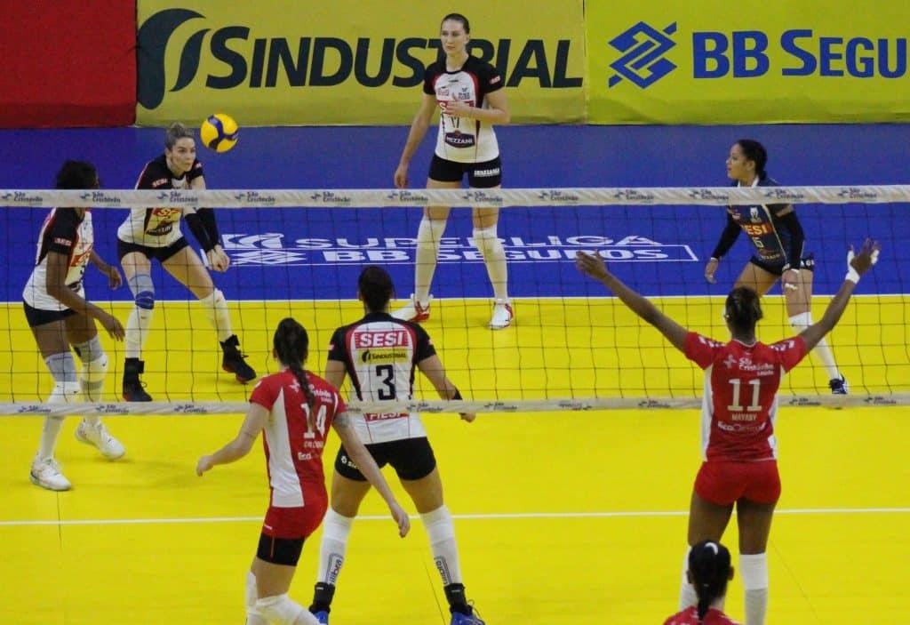 Trerça-feira na Superliga feminina de vôleintem mais uma vitória do Osasco em cima do Sesi Vôlei Bauru e retomada da liderança do Dentil Praia Clube