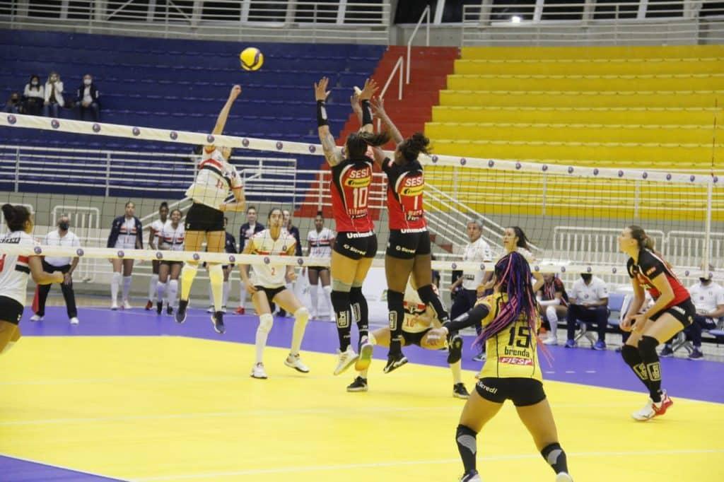 Pela Superliga feminina de vôlei, O Sesi Bauru sofreu para vencer o São Paulo Bareuri no tie break; equipe segue 100% na competição, mas já não lidera