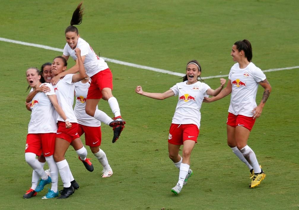 Andressa e companheiras comemoram gol da vitória no jogo de ida ao vivo