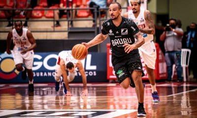 Em jogo com tempos distintos, o Zopone Gocil/Bauru Basket conseguiu a vitória diante do Sesi Franca pelo NBB (Novo Basquete Brasil) 2020/21. Nos 20 minutos iniciais só deu o time bauruense, dominante no ataque e na defesa, abrindo 19 na dianteira: 45 a 26. Porém, os comandados de Helinho acordaram e reagiram na segunda etapa. Mas não foi o suficiente para virar a partida. Triunfo da equipe dirigida por Léo Figueiró: 89 a 82