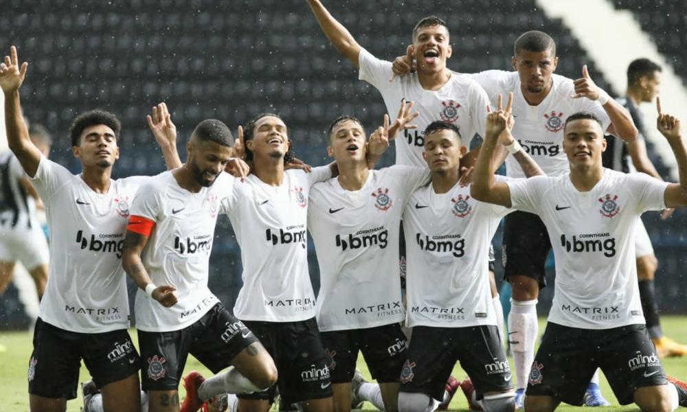 O Corinthians recebe o Grêmio nesta terça-feira (29), às 16h, na Fazendinha. O duelo será válido pelas quartas de final do Campeonato Brasileiro Sub-20 de 2020. O elenco do Timãozinho realizou o último treinamento na tarde desta segunda-feira (28) e já está concentrado para a partida. Após o treino em Eldorado do Sul, o Tricolor fez o deslocamento até São Paulo. Assista ao vivo no OTD