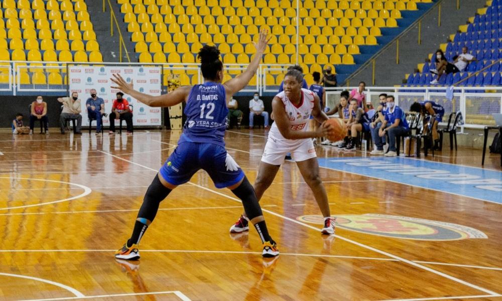 Garantido na decisão do Campeonato Paulista 2020 de basquete feminino, o Vera Cruz Campinas já sabe que não encontrará o Sesi Araraquara na final. Nesta terça-feira (15), o time campineiro eliminou as comandadas do técnico Daniel Wattfy da competição, em duelo da última rodada da segunda fase. O jogo foi realizado no ginásio Gigantão e as visitantes venceram por 71 a 69, com 26 pontos de Damiris, cestinha do jogo