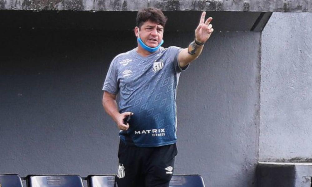O técnico Aarão Alves orienta seus atletas em treino do Santos para duelo com o Athletico (Pedro Ernesto Guerra Azevedo/Santos FC)