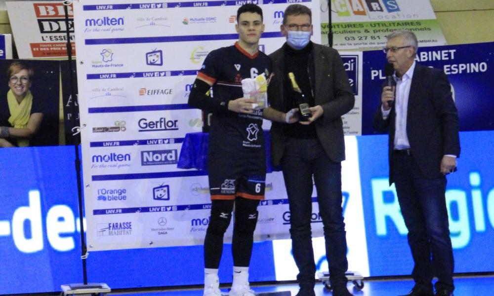 O ponteiro Yago Dutra foi eleito o melhor em quadra na vitória do Cambrai diante do Paris (Facebook/cambrai.volleyball)