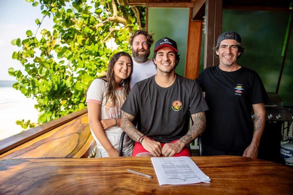 O bicampeão mundial Gabriel Medina renovou com a Rip Curl, marca de roupas de surfe com quem já tem parceria desde 2009, por mais cinco anos