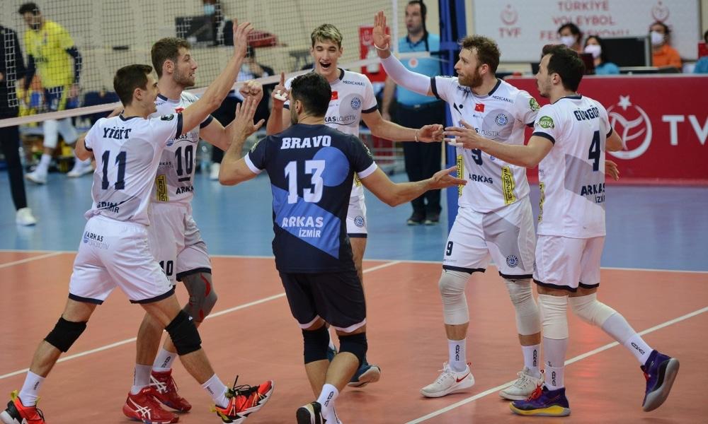 Dois brasileiros venceram na Liga Turca de vôlei e um deles foi João Paulo Bravo com o Arkas (Facebook/arkasspor)