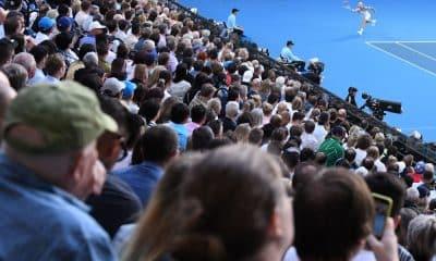 O calendário de Grand Slams se inicia sempre com o Aberto da Austrália e em janeiro. Desta vez, em 2021, a competição mudou para fevereiro e a primeira data de jogos será no dia 8 . Essa alteração foi motivada pela pandemia do coronavírus. Neste momento, os principais astros do tênis mundial começam a chegar a Melbourne. E isso motivou reclamações de australianos que estão confinados fora do país e não conseguem regressar.