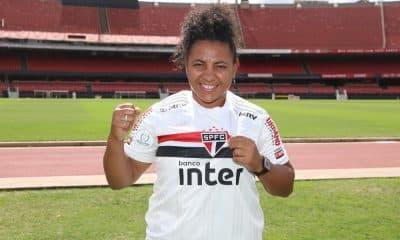 Carla Nunes está de casa nova. Na verdade, a atacante, artilheira do Campeonato Brasileiro Feminino A-1 de 2020 pelo Palmeiras, com 12 gols, regressa ao São Paulo, clube em que atuou em 2015. A jogadora firmou contrato de uma temporada e é o sexto reforço do Tricolor para as competições de 2021. Essa será a segunda passagem da atleta de 29 anos na equipe do Morumbi.
