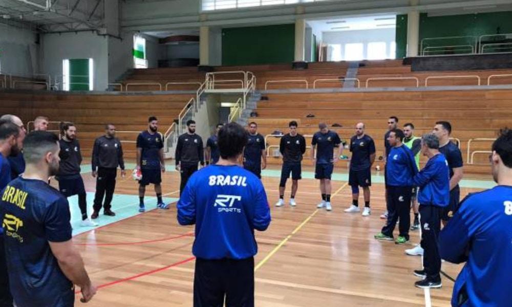 """O técnico Marcus """"Tatá"""" Oliveira e o capitão Thiagus Petrus estão com coronavírus e fora do Mundial (CBHb/Divulgação)"""