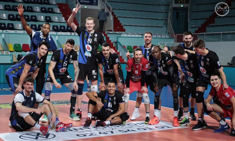 Brasileiros do Tours celebrando a vitória na Liga Francesa de vôlei (Helena Matrat/Divulgação)