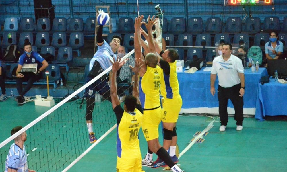Os três brasileiros do UPCN ganharam na estreia da Liga Argentina de vôlei (ACLAV/Divulgação)