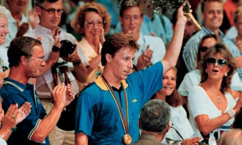 O rei da Suécia (à esquerda) aplaude Waldner, o campeão olímpico no tênis de mesa em Barcelona-1992