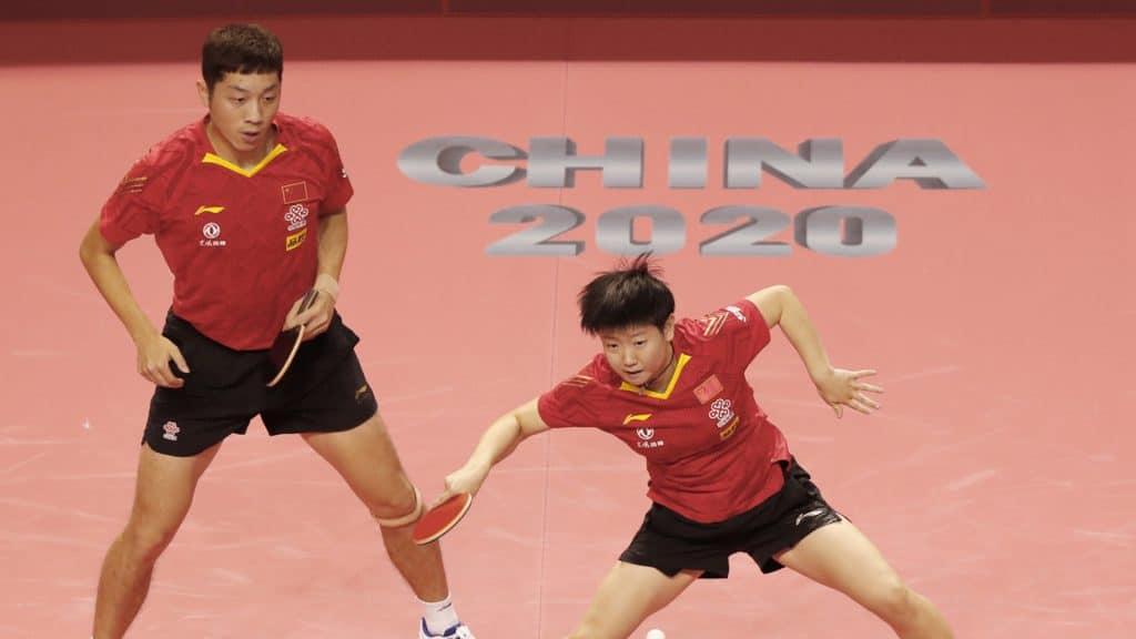 Xu Xin e Sun Yingsha, campeões nas duplas mistas no simulado da seleção chinesa de tênis de mesa, realizado em agosto de 2020