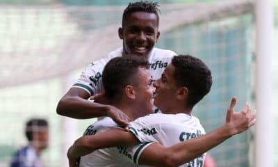 Palmeiras e Athletico-PR abriram a fase de quartas de final da Copa do Brasil Sub-17 nesta terça-feira (5). Em jogo disputado no estádio Allianz Parque, o Verdão saiu de campo com uma pequena vantagem ao bater o Furacão por 3 a 2, gols marcados pelo meio-campista Pedro Lima, os dois primeiros, e pelo zagueiro Michel. O segundo confronto entre os times será no sábado (9), às 14h, no CT do Caju, em Curitiba.