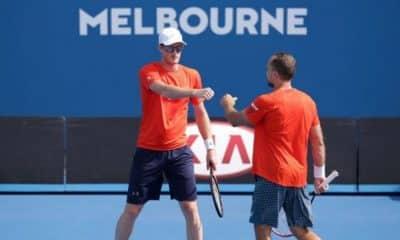 Jamie Murray cumprimenta Bruno Soares em Melbourne